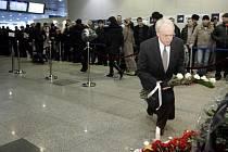 Moskevská oblast se zahalila do smutku na památku 35 obětí atentátu na letišti Domodědovo. Na snímku americký velvyslanec John Beyrle pokládá květiny přímo u místa tragédie.