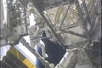 Dvojice astronautů z raketoplánu Endeavour úspěšně splnila všechny úkoly stanovené pro jejich nedělní práci ve volném kosmu.