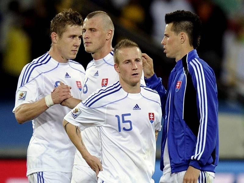 Fotbalisté Slovenska Juraj Kucka, Ján Ďurica, Miroslav Stoch a Marek Hamšík (zleva) po osmifinálové porážce s Nizozemskem.