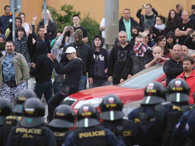 Demonstrace proti nepokojům na českobudějovickém sídlišti Máj