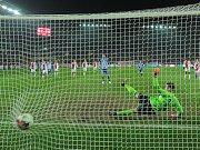Brankář Slavie Jiří Pavlenka inkasuje z penalty.