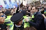 Petr Čech během vášnivé diskuse s fanoušky Chelsea
