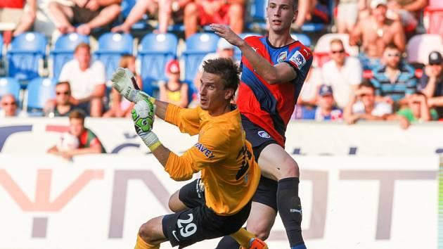 Brankář Slovácka Milan Heča (vlevo) zasahuje v zápase proti Plzni.