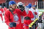 Čeští hokejisté při tréninku v Rize.