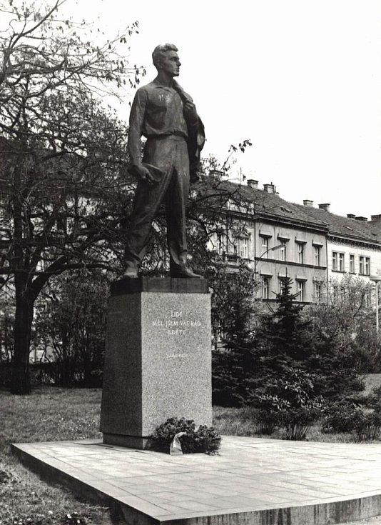 Pomník Julia Fučíka v Plzni byl odstraněn v tichosti po roce 1989.