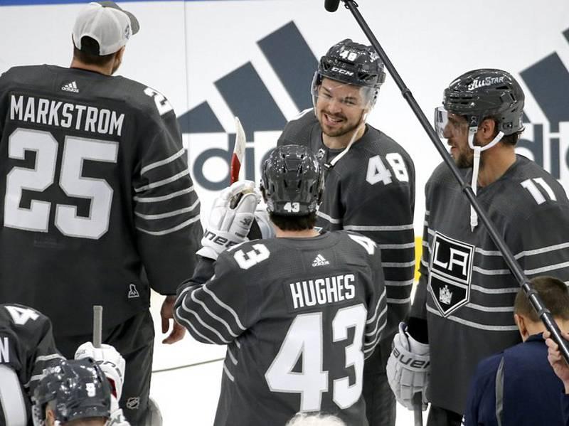 Tomáš Hertl (uprostřed) se raduje se spoluhráči Quinnem Hughesem a Anžem Kopitarem (vpravo) po Utkání hvězd NHL.