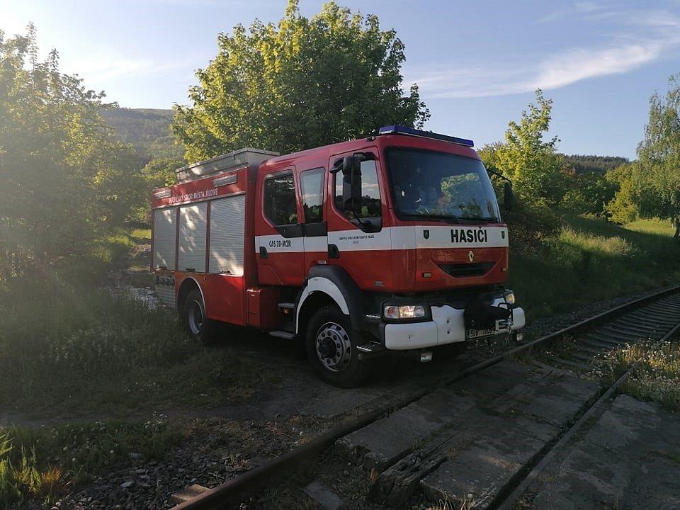 V Martiněvsi hořel ve vlakové stanici nepořádek. Místní hasiči požár zlikvidovali během minuty
