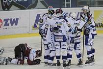 Hokejisté Brna se radují z gólu proti Spartě.