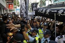 Policie rozhání demonstrace pro čínských a protivládních aktivistů v Hongkongu na snímku z 1. října 2019