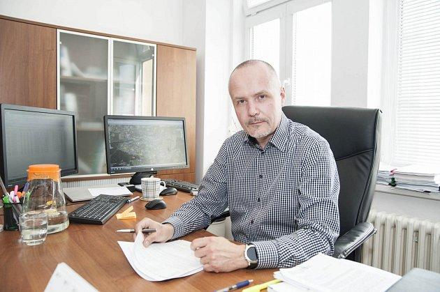 Dopravně provozní ředitel PMDP. Jiří Ptáček pracuje vPlzeňských městských dopravních podnicích už dvacátým rokem. Sám říká, že úroveň vozů se posunula výrazně kupředu.