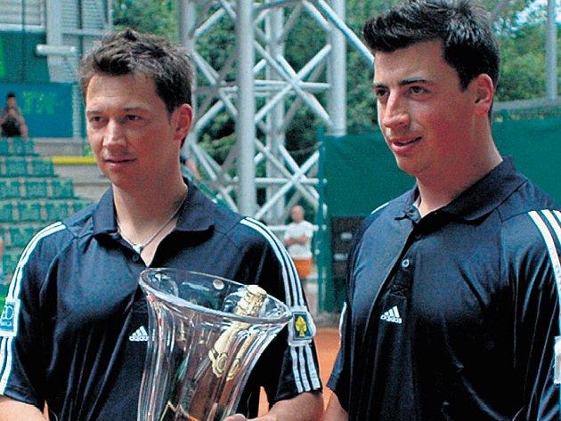 HVĚZDNÝ DEBL. František (vlevo) a Tomáš Kaberleovi jsou v Česku mezi hokejisty vládci tenisových kurtů. Naposled svou převahu dokázali o víkendu na turnaji hvězd v Olomouci a Prostějově.