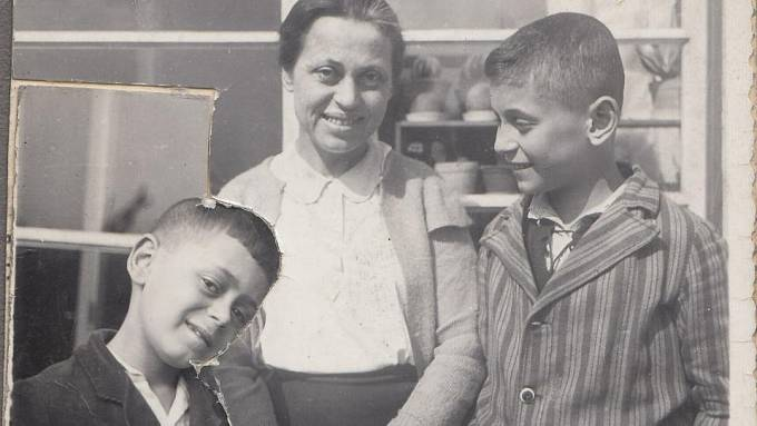 Asaf a Ruben Auerbachovi s maminkou