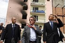 Francouzský ministr zahraničí Bernard Kouchner si prohlíží následky války.