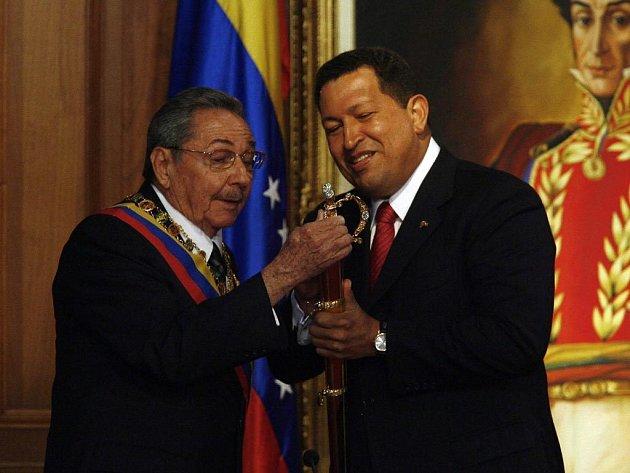 Kubánský prezident Raúl Castro (vlevo) na první zahraniční cestě. Ve Venezuele se setkal se svým protějškem Hugo Chavézem.