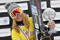 Ester Ledecká se raduje ze zisku křišťálového glóbu za celkový triumf ve Světovém poháru.