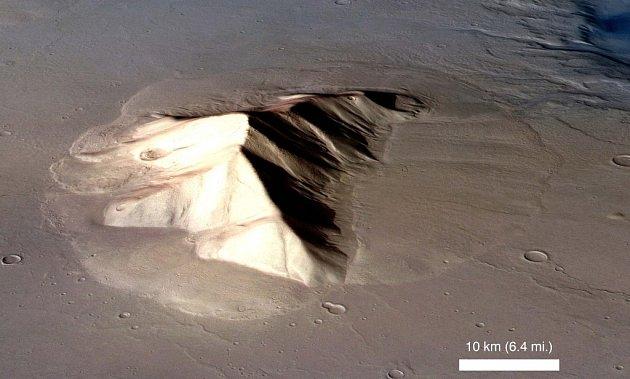 Pohled na horu ve východní části oblasti Hellas na Marsu. Útvar je obklopen laločnatou usazeninou, která se roztekla  po nížině.