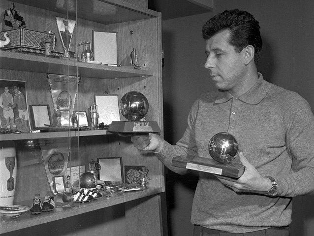 Český fotbal opustila legenda. Josef Masopust v roce 1966 ukazuje své trofeje
