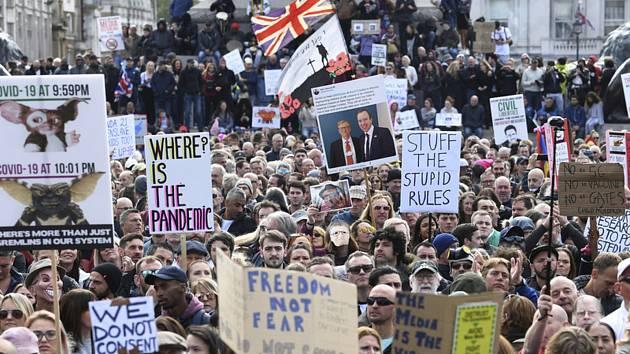 Demonstrace na londýnském Trafalgarském náměstí proti zpřísňování opatření týkajících se epidemie koronaviru, 26. září 2020
