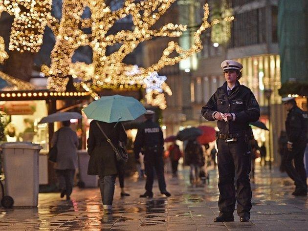 Ačkoliv úřady tvrdí, že nemají informace, že by vánočním trhům hrozilo bezprostřední nebezpečí, zvýšená výstraha a skutečnost, že trhy se staly terčem teroristů i v minulosti, nutí k přijetí zvláštních opatření.