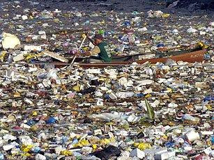 Obrovský ostrov odpadků pluje mezi kalifornií a Havajskými ostrovy.