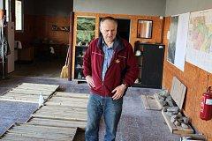 Otto Janout u vzorků rudy z Cínovce