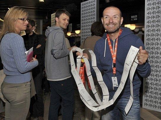V karlovarském hotelu Thermal začal 3. července prodej vstupenek na představení 49. Mezinárodního filmového festivalu Karlovy Vary.