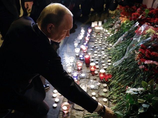 Ruský prezident Vladimir Putin uctil památku obětí teroristického útoku vpetrohradském metru.