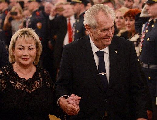 Prezident Miloš Zeman s manželkou Ivanou na slavnostním večeru na Pražském hradě k zahájení oslav 100 let od vzniku Československa a 25 let od vzniku České republiky.