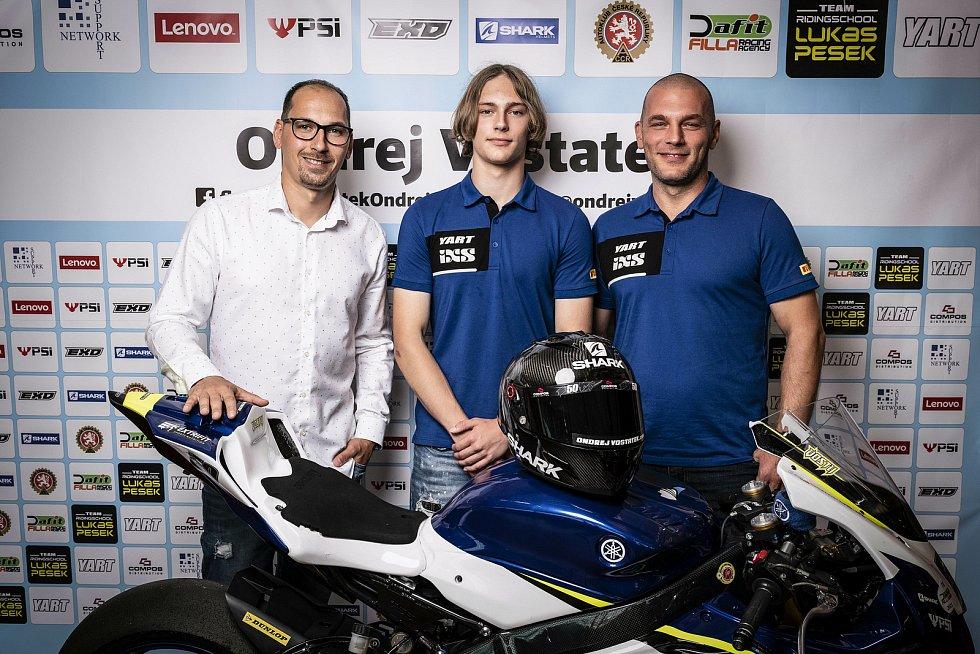 Motocyklista Ondřej Vostatek (uprostřed), vlevo Lukáš Pešek.