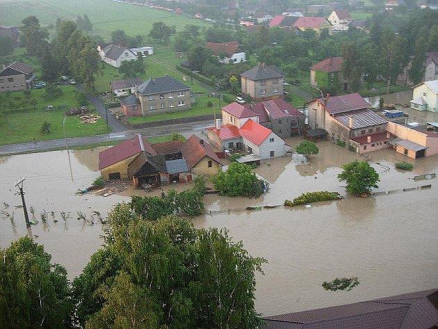 Při povodních byla zasažena nejvíce severní Morava. Zahynulo deset lidí a škody se vláda vysílá do postižených oblastí na 1000 vojáků s technikou. České dráhy musely omezit spoje a ČEZ vyhlásil kalamitní stav v dodávkách elektřiny.