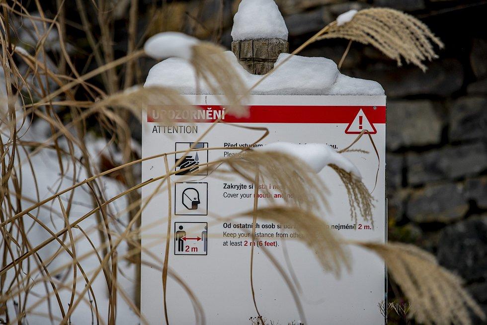 Všudypřítomné informační cedule upozorňující na přítomnost koronaviru. České zoologické zahrady žádají vládu o finanční pomoc na svůj provoz. Propad v příjmech za loňský rok společně vyčíslily na více než 180 milionů korun, z toho ta pražská na 90 milionů