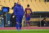 Lionel Messi odchází ze hřiště po první červené kartě, kterou inkasoval v dresu Barcelony.