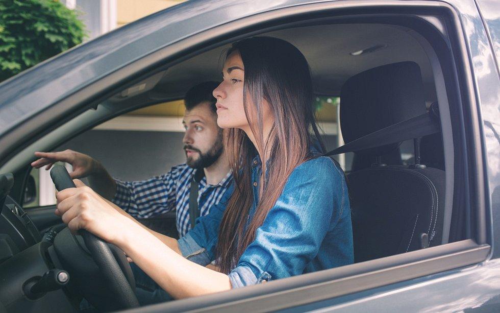 Mladá řidička v autoškole - Ilustrační foto