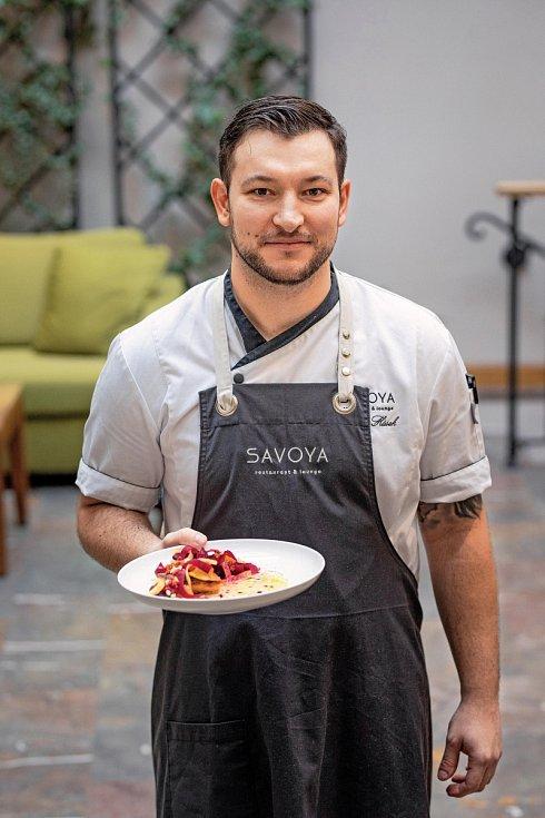 Michal Húsek prošel předními pražskými restauracemi, a získával zkušenosti u vyhlášených michelinských kuchařů. Dnes má na starost nejlepší restauraci ve Špindlerově Mlýně.