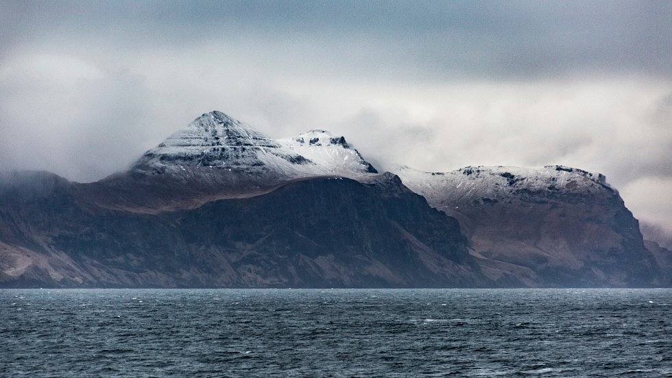 Pobřeží Aleutských ostrovů. Jedná se o řetězec 14 velkých sopečných a 55 menších ostrovů