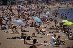 Lidé se sluní na pláži. Ilustrační foto