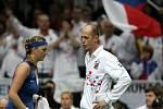 Kapitán Petr Pála dává instrukce Petře Kvitové ve Fed Cupu proti Austrálii.