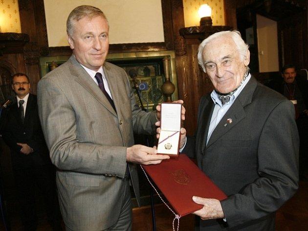 Předseda vlády a premiér České republiky Mirek Topolánek (vlevo) předal 4. března 2008 v Kramářově vile v Praze Milanu Paumerovi (vpravo) čestnou plaketu předsedy vlády ČR.