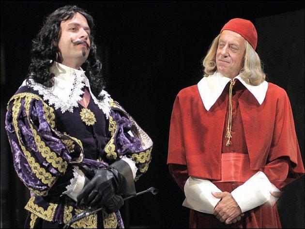 Král a kardinál. Ve hře nechybí vtip ani intriky.