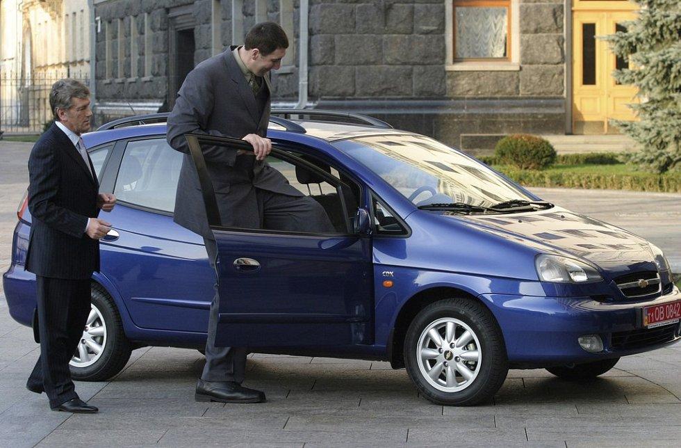 Do nového vozidla od prezidenta Juščenka se obr Stadnyk, vyhlášený Guinnessovou knihou rekordů největším člověkem na světě, sotva vešel.