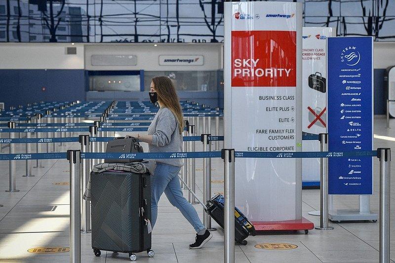 Cestující v odletové hale pražského letiště.