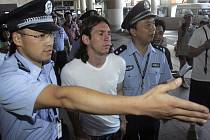Lionel Messi po svém příletu do Číny v doprovodu policie.