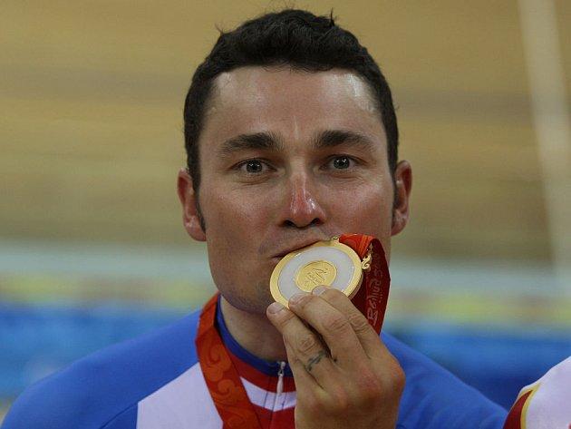 Handicapovaný cyklista Jiří Ježek se zlatou medailí.