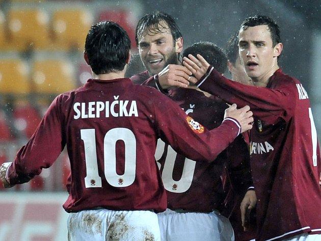 Sparťané se radují. Zleva Slepička, Berger, v objetí Kulič a Kladrubský.