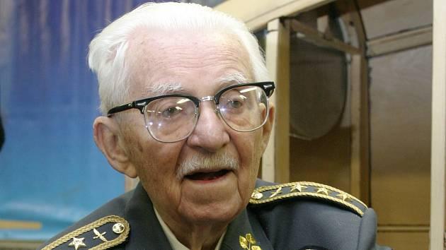 Legendární pilot a generál František Peřina.
