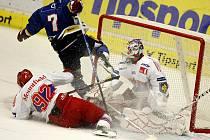 V přátelském utkání ELH mezi HC Mountfield České Budějovice a HC Vagnerplast Kladno padá Milan Toman přes Jakuba Langhammera a brankáře Šimona Hrubce.