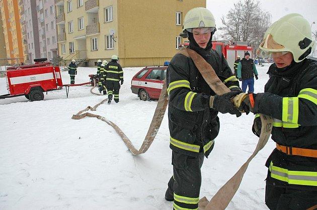 Dvacítka hasičů zasahovala během čtvrtka na sídlišti Jih v Žatci, kde voda zaplavila podzemní kolektory s inženýrskými sítěmi. Vedou jimi rozvody tepla, vody a optická síť.
