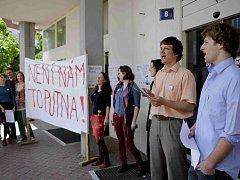Studenti Fakulty humanitních studií Univerzity Karlovy protestovali 20. května v Praze proti nejmenování akademika Martina C. Putny profesorem. Prezident Miloš Zeman jej odmítl jmenovat, aniž sdělil důvody.