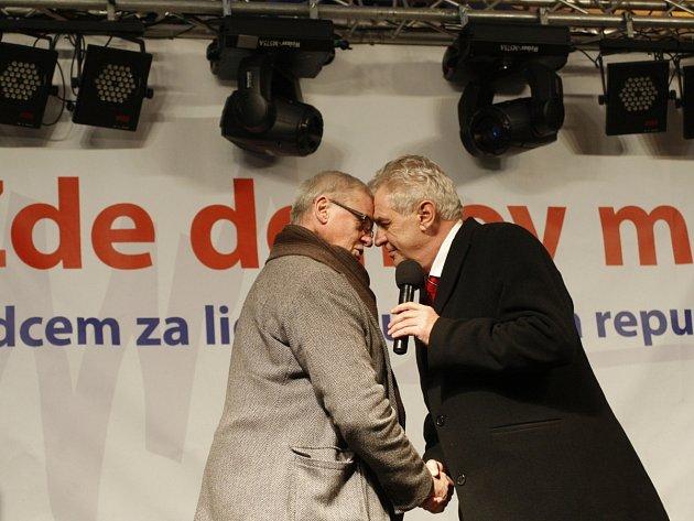 Koncert, kterým vyvrcholí kampaň Miloše Zemana před prezidentskými volbami proběhl 9. ledna na Staroměstském náměstí v Praze.