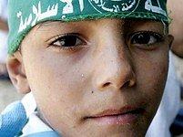 Na dětských táborech v Gaze se děti učí hrát fotbal a plavat. Společně s tím o politice a náboženství.